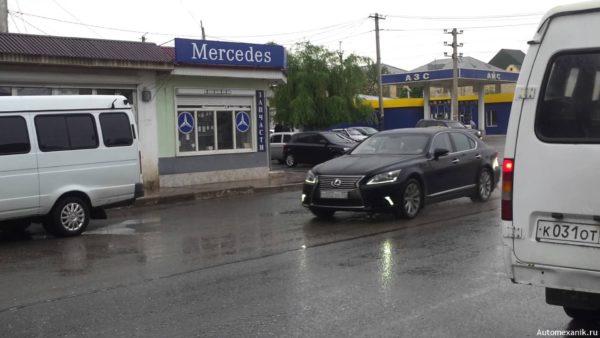 В Махачкале охранник из кортежа главы Дагестана бил по зеркалам машин